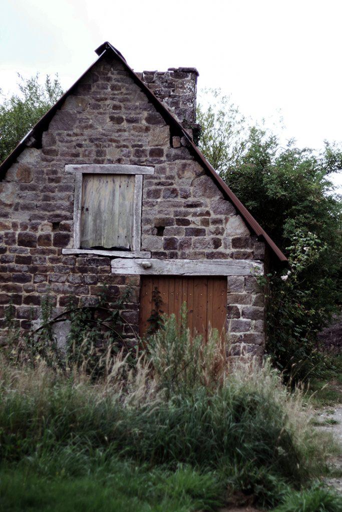 Bâtiment dans la cour de la ferme de la mercerie, festival pluies de juillet, juillet 2019, Villedieu-les-poêles, France.