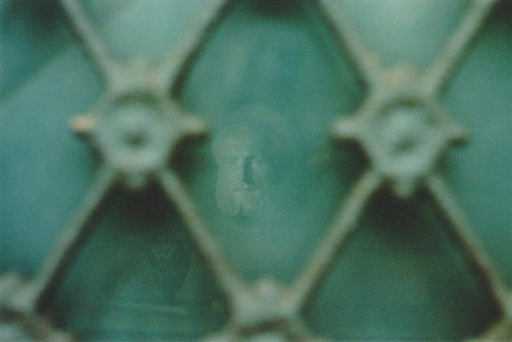 Photographie argentique, à travers le vitrail, cimetière de l'est, février 2017, Lille ,France.