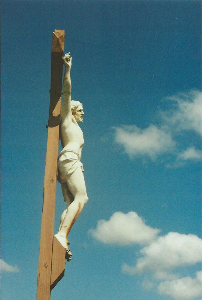 Photographie argentique, christ blanc sur croix, mai 2016, Saint Vincent de tyrosse, France.