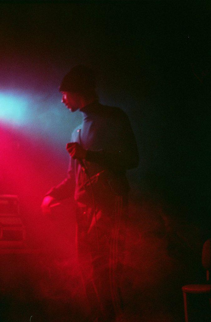 Photographie argentique, portrait de Manbak du groupe Lezasmatik, concert au circus, janvier 2018, Lille, France.