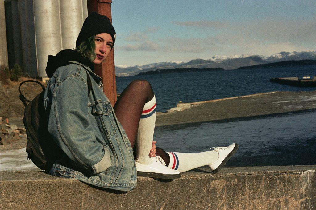 Photographie argentique, portrait de Marie Ammar-Khodja et paysage, février 2018, Stavanger, Norvège.