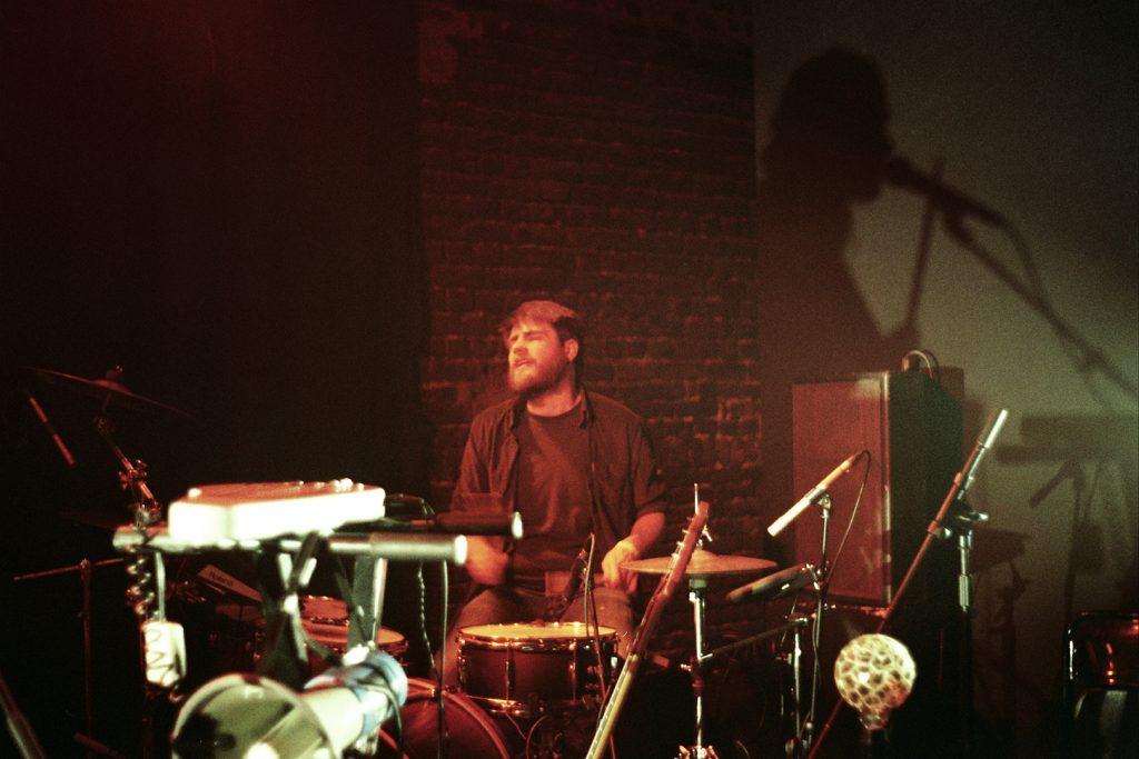 Photographie argentique, portrait du batteur de Junebug, concert à la maison folie de wazemmes, mars 2018, Lille, France.