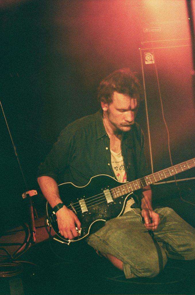 Photographie argentique, portrait du guitariste de L.A. Salami, concert à l'aéronef, mai 2018, Lille, France.
