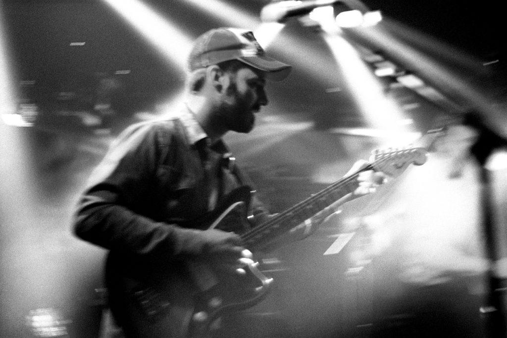 Photographie argentique, portrait du guitariste de Palatine, concert à l'aéronef, mai 2018, Lille, France.