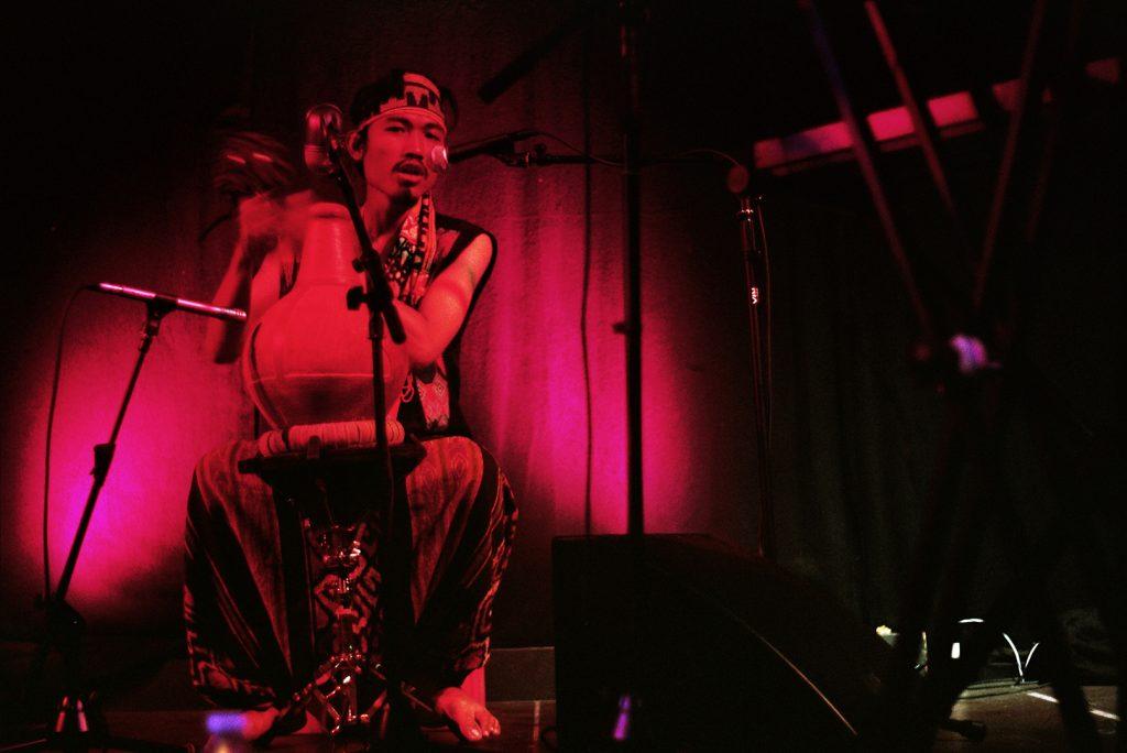 Photographie argentique, portrait du percussioniste de Rubah Di Selatan, concert à la bulle café, juillet 2018, Lille, France.