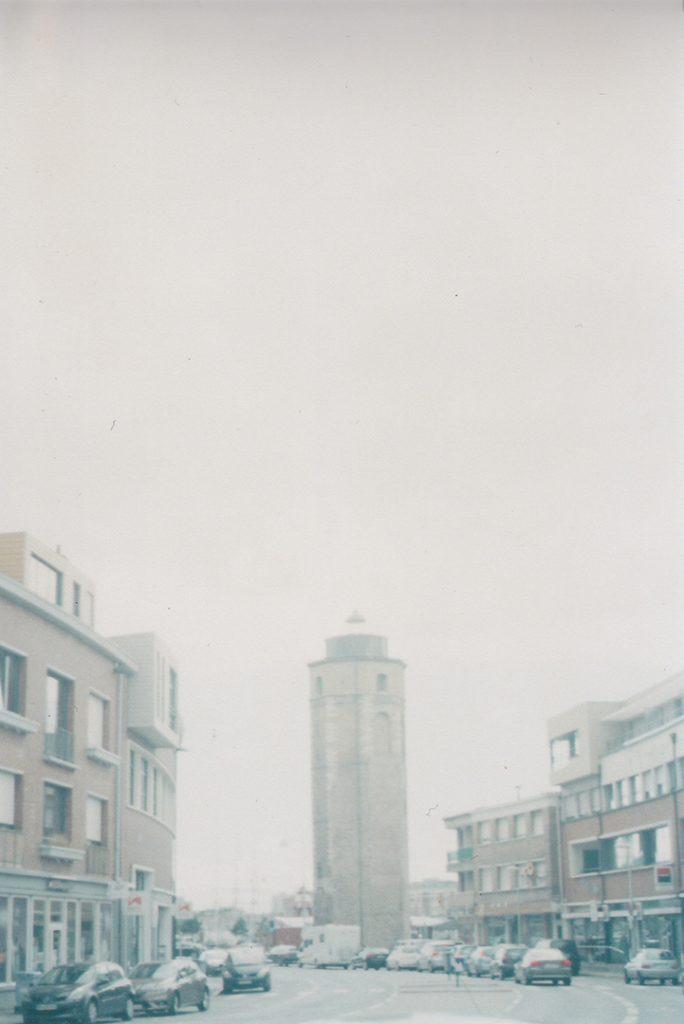 Photographie argentique, tour dans la brume, août 2016, Dunkerque, France.