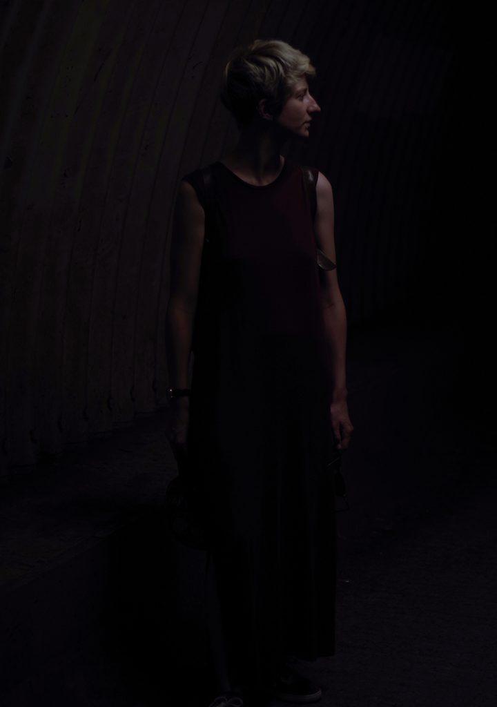 Photographie numérique, monochrome, portrait de Justine Saffer, parc du héron, juillet 2018, Lille, France.