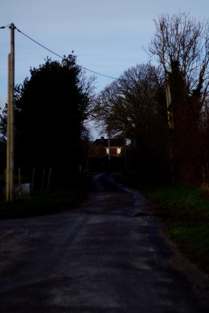 Photographie numérique, paysage de normandie, maison au bout de l'allée, décembre 2019, Normandie, France.