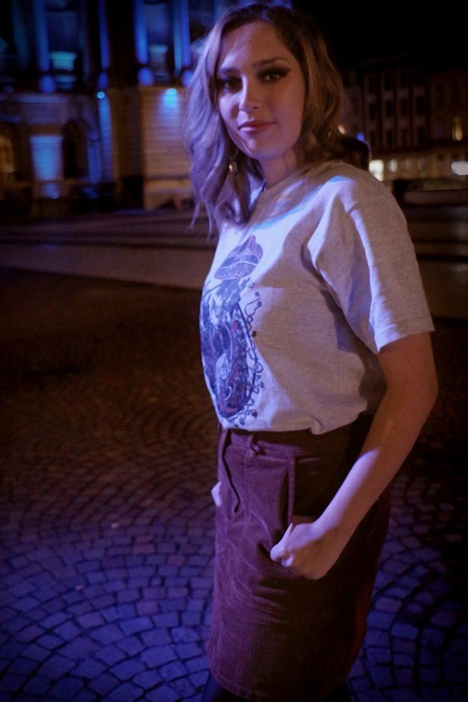 Photographie numérique, portrait de Jade Pourcelet avec le t-shirt la mort applaudit, décembre 2019, Lille, France.