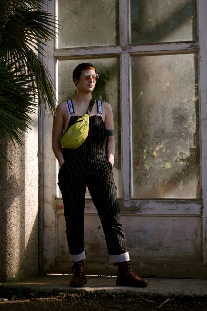 Photographie numérique, portrait de Marie Ammar-Khodja, plein pied, février 2019, jardin des plantes, Lille, France.