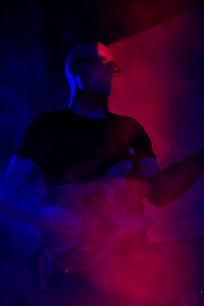 Photographie numérique, portrait du bassiste de Nouveaux Climats, concert à la bulle café, février 2019, Lille, France.