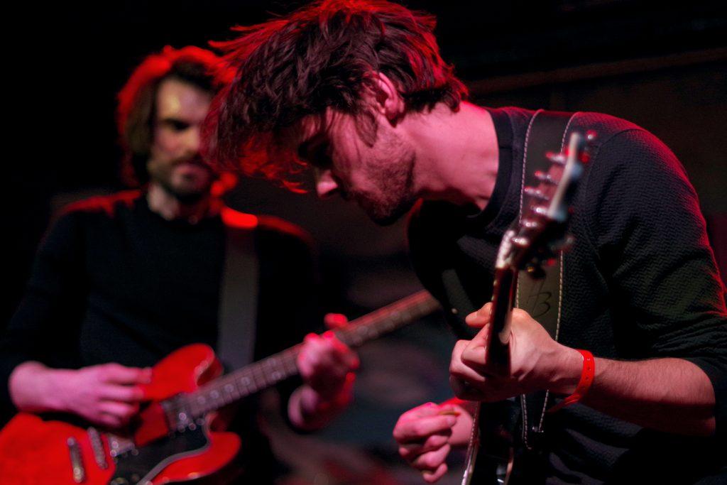 Photographie numérique, portrait du guitariste de Paranoid Waves , concert à l'aéronef, janvier 2020, Lille, France.