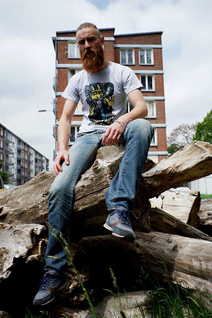 Photographie numérique, portrait tommy outreman, t shirt dragon, mai 2019, Lille, France.