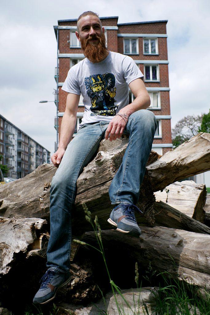 Photographie numérique, portrait tommy outreman, t shirt dragon sourire, mai 2019, Lille, France.