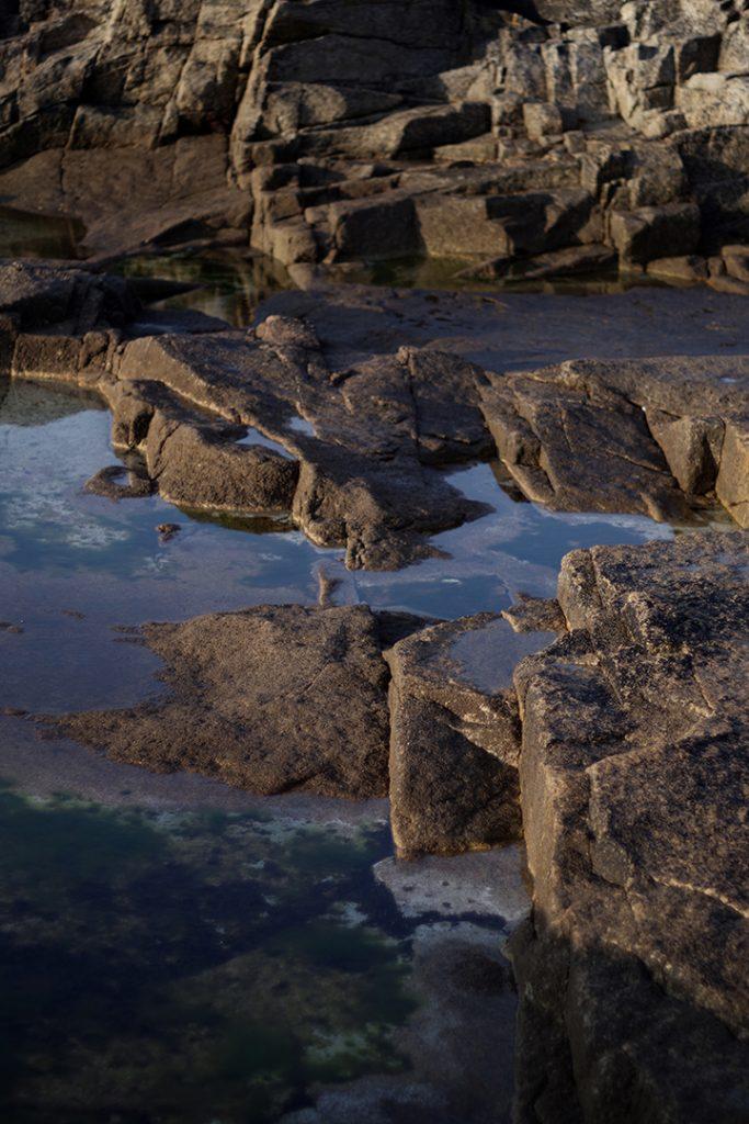 Photographie numérique, reflets et rochers, septembre 2018, Lorient, France.