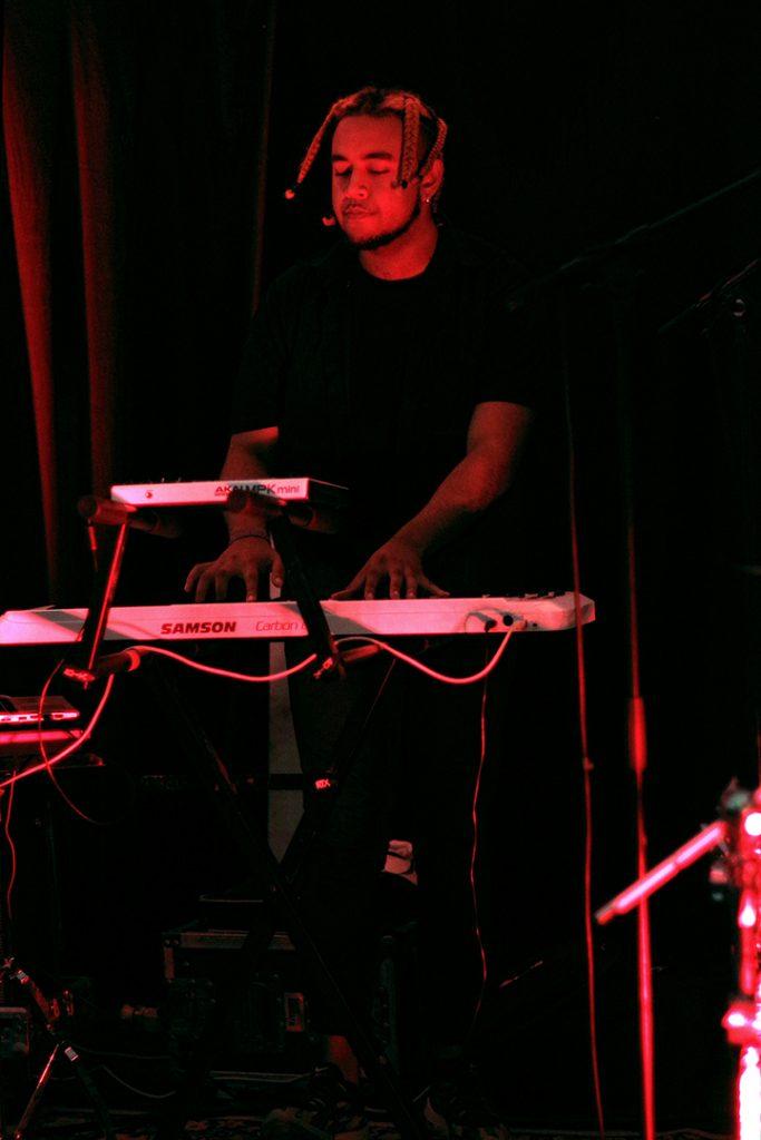 Pianiste du groupe Amarula Café Club, festival les pluies de juillet, juillet 2019, Villedieu-les-poêles, France.