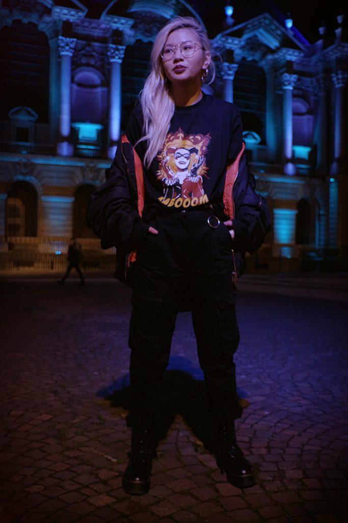Portrait de Louise avec le t-shirt harley quinn, au palais des beaux arts de lille, décembre 2019, Lille, France.