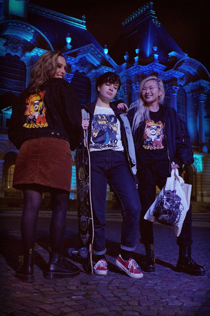 Portrait de groupe Jade, Solenne et Louise la nuit, devant le palais des beaux arts de lille, décembre 2019, Lille, France.