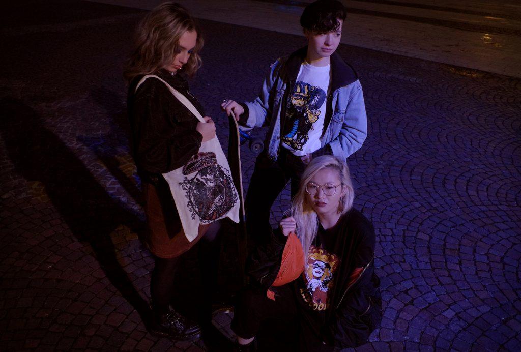 Portrait de groupe de Jade, Solenne et Louise la nuit, république beaux arts, décembre 2019, Lille, France.