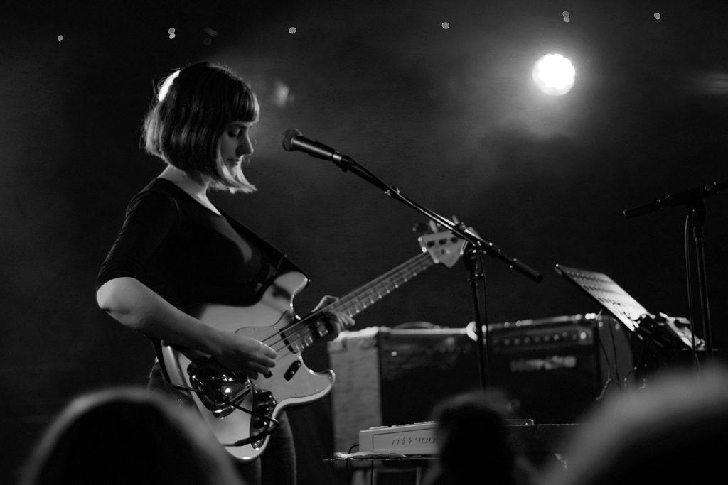 Portrait de la bassiste du groupe L'argousier, concert à l'aéronef, Les INOUIES, janvier 2020, Lille, France.