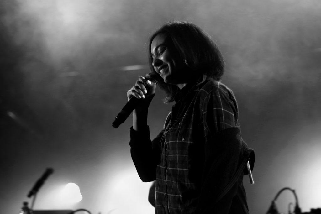Portrait de la chanteuse-rappeuse de Bumble Bzz en noir et blanc, concert au flow, mars 2019, Lille, France.