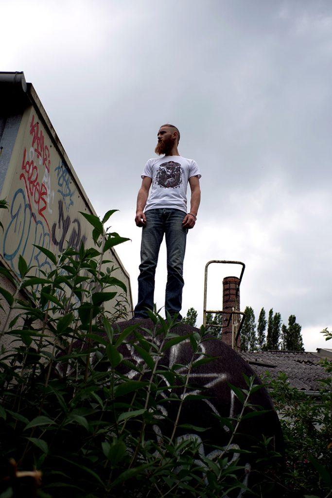 Portrait de tommy outreman portant le t-shirt la mort applaudit, friche au port de Lille, mai 2019, Lille, France.