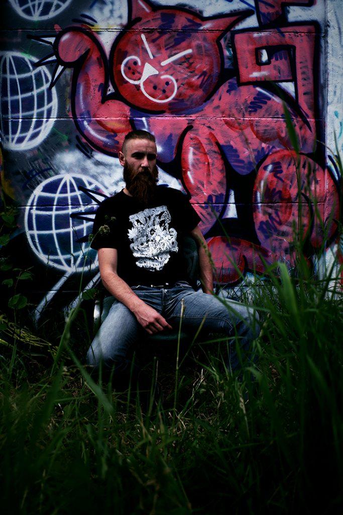 Portrait de tommy outreman, t-shirt anamorphose design par the flux studio, graffitis, mai 2019, Lille, France.