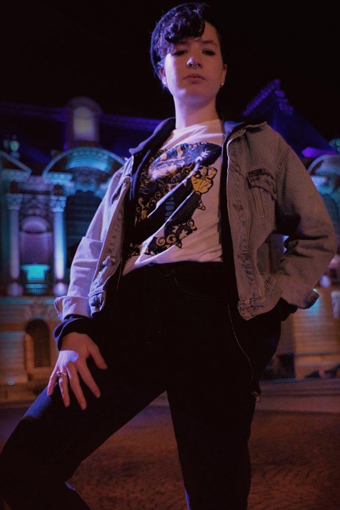 Portrait streetstyle de Solenne Lebreton, t-shirt dragon, palais des beaux arts de lille, décembre 2019, Lille, France.